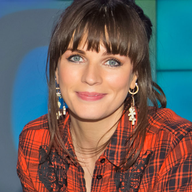 Aisling Bea captains the team on Eight out of Ten Cats